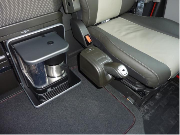 Volvo FH kavos aparato staliukas, tvirtinamas ant šaldytuvo dėžės
